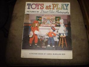 livre (vintage) de 1937 toys at play by direct color photography