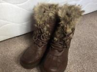 Snow boots brand new size 5