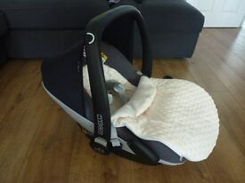 Maxi-Cosi Pebble Plus (i-Size) Group 0+ Car Seat with insert and foot muff