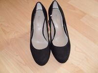 BLACK SUEDE COURT SHOES WITH RED HEEL - SIZE 3 (NEVER WORN)