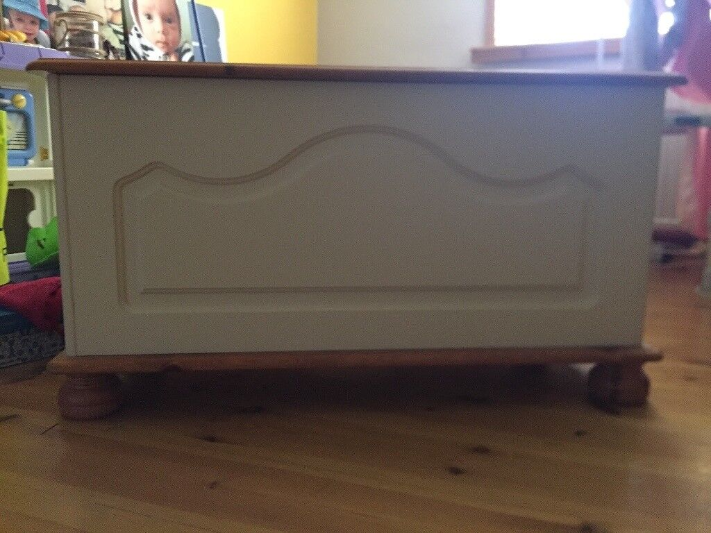 Copenhagen Cream Blanket Box In Good Condition
