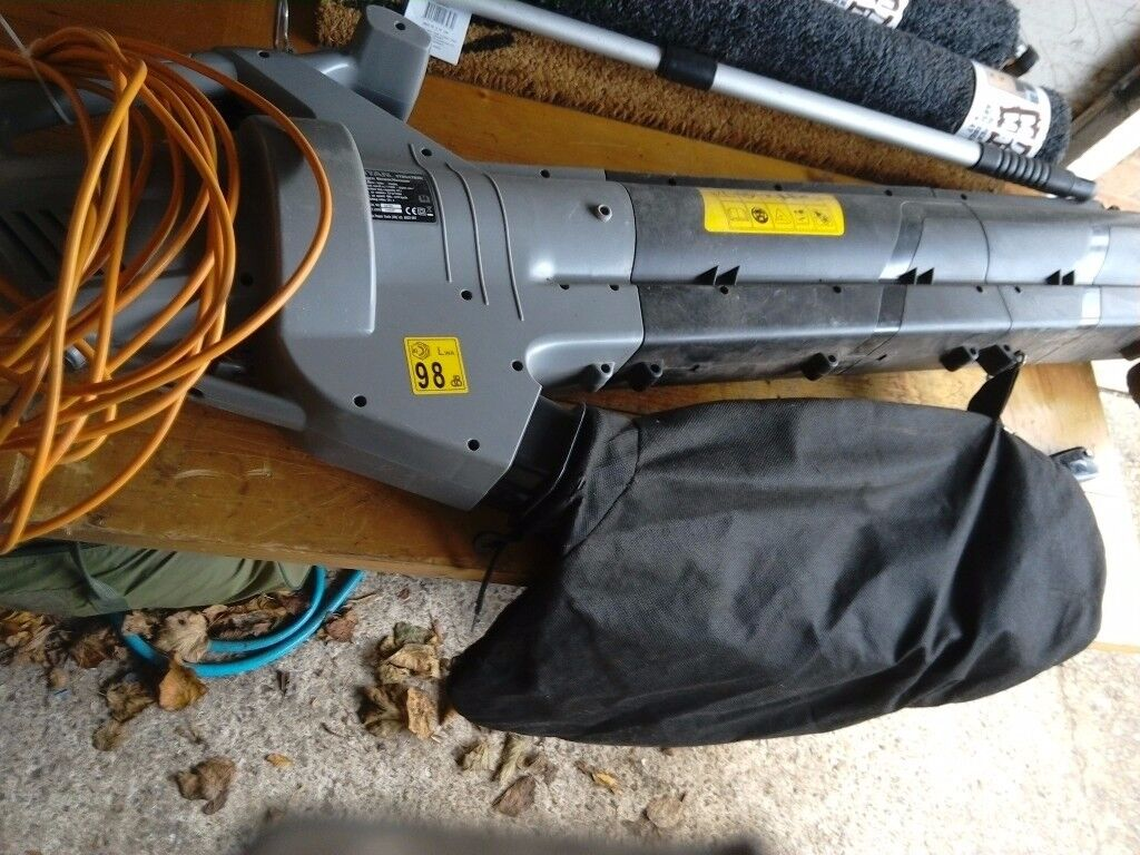 Leaf blower and vacuum comes with collection bag long lead vgc gwo