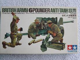 A model collection of a British 6 pounder anti-tank gun, British infantry and sandbag set.