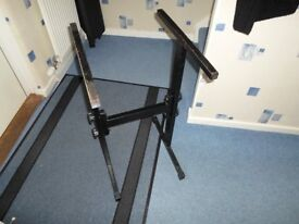 Sturdy deck stand. Fits standerd 19inch rack case. Can be stripped down to three pieces.