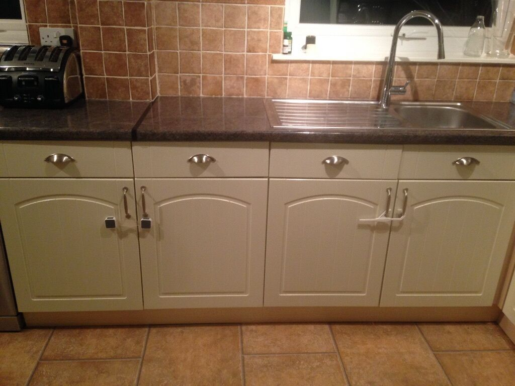 Wickes oban cream kitchen 18 cabinets and doors in total for Kitchen cabinets gumtree