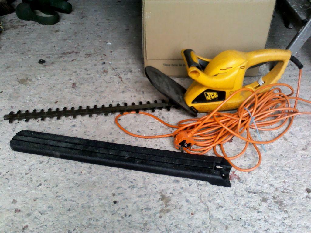 JCB hedge trimmer. Cutting length 560cm, width 14mm, cable length 12 metres.