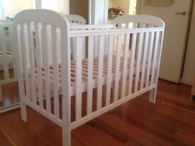Collapsible baby cot in good condition