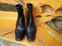 LADIES ITALIAN LEATHER BOOTS WITH LITTLE WEAR AND VERY GOOD CONDITION.