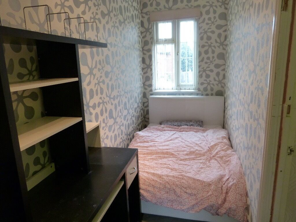 DOUBLE ROOM TO LET IN BRENTCROSS INCLUDING ALL BILLS