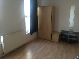 2 Bed First Floor Flat close to leytonstone station (seperate livingroom)