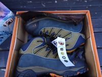 New boxed V8 Urban hiker safety boots 10
