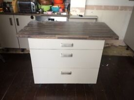 Howdens 900mm wide 3 drawer kitchen unit with drawers, handles, and worktop