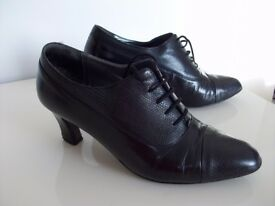 Rombah and Wallace black heeled lace front shoes, size 5 1/2