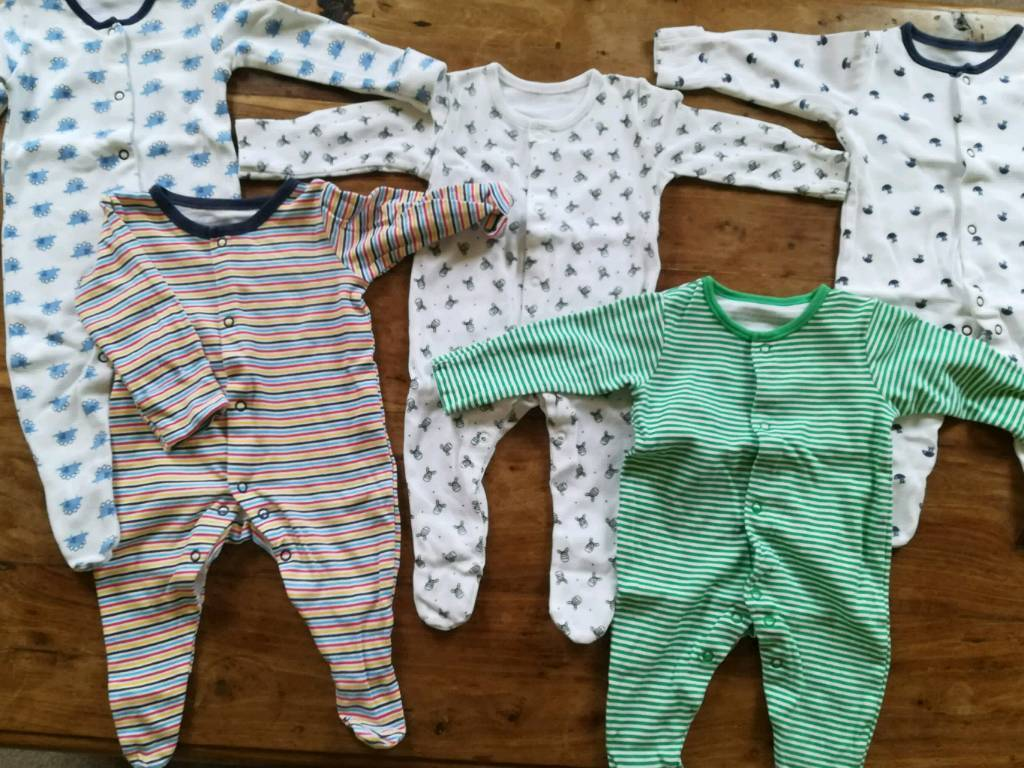 5 sleepsuits 0-3 months good condition