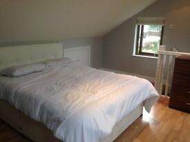 No deposit. Large attic room with king size bed to rent