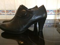 Gabor womens heeled shoe - black leather - size 6. Only worn once