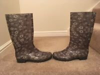 Ladies size 7 pretty grey and white floral design wellington boots as new outgrown before worn