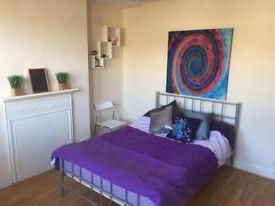 Bright studio flat on Lena Gardens, W6, £220