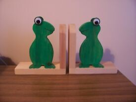 NEW HAND CRAFTED FROG WOODEN BOOK ENDS