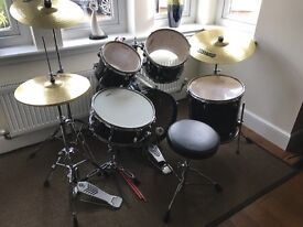 Yamaha Gigmaker drum kit complete with hi-hat, crash and ride cymbals. Excellent cond.