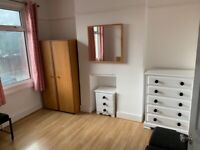 NEWLY REFURBISHED PRIVATE LANDLORD AVAILABLE NOW LARGE 4 BEDROOM HOUSE 3 MINUTES WALK FROM STATION