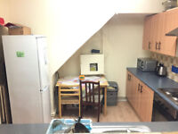 Huge Double room with a balcony, by GYM+Parking by Fulham-Hammersmith-Richmond-Barnes-East Sheen
