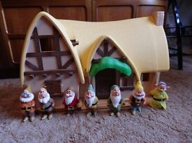 RARE LARGE DISNEY SNOW WHITE DWARFS COTTAGE & 7 DWARFS