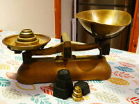 VINTAGE USED AVERY SCALES UP TO 2LB WITH 8 IMPERIAL WEIGHTS ( KITCHEN / SHOP ) and 5 METRIC WEIGHTS