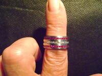 STRICKING BRAND NEW LADIES SIZE 7 RING WITH RED & CLEAR CRYSTALS