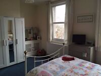 Large double room in tree-lined residential road 3 mins to tube in south Wimbledon