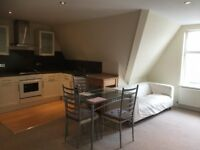 Luxury 1 Bed Flat, cent heating, en suite, intercom, modern kitchen & bath, 10 min to Surbiton Stat