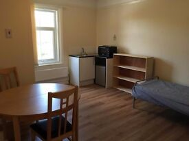 Detached House - Central Horley (Ideal for Gatwick)