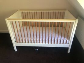 Mamas & Papas Cot hardly used complete with mattress.