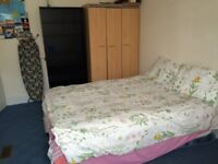 Double room with seperate toilet in a family home near Heathrow