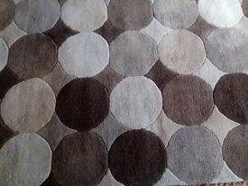 A rug with circular patterns excellent condition