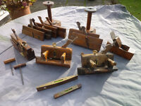 A COLLECTION OF VINTAGE WOODWORKING TOOLS, MOULDING PLANES, PLOUGHS, LEVELS, AUGERS, and BOBBINS
