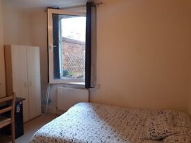 Lovely double bedroom in 2 bedroom house 5minutes from South Ealing station