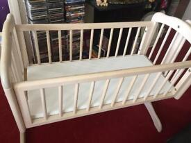 Swinging crib with mattress in very good condition