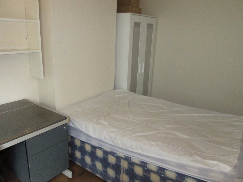 ROOM 4 OAK TREE LANE TO RENT * LOCATED IN SELLY OAK * IDEAL FOR A STUDENT * AVAILABLE IMMEDIATEY