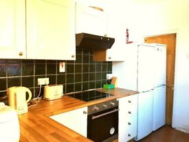 ****Bus Stop Across The Road - 10 mins to City Centre - Walking To University****