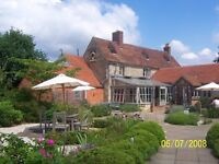 LIVE IN FRONT OF HOUSE COUPLE FOR AWARD WINNING GASTRO PUB NEAR OXFORD