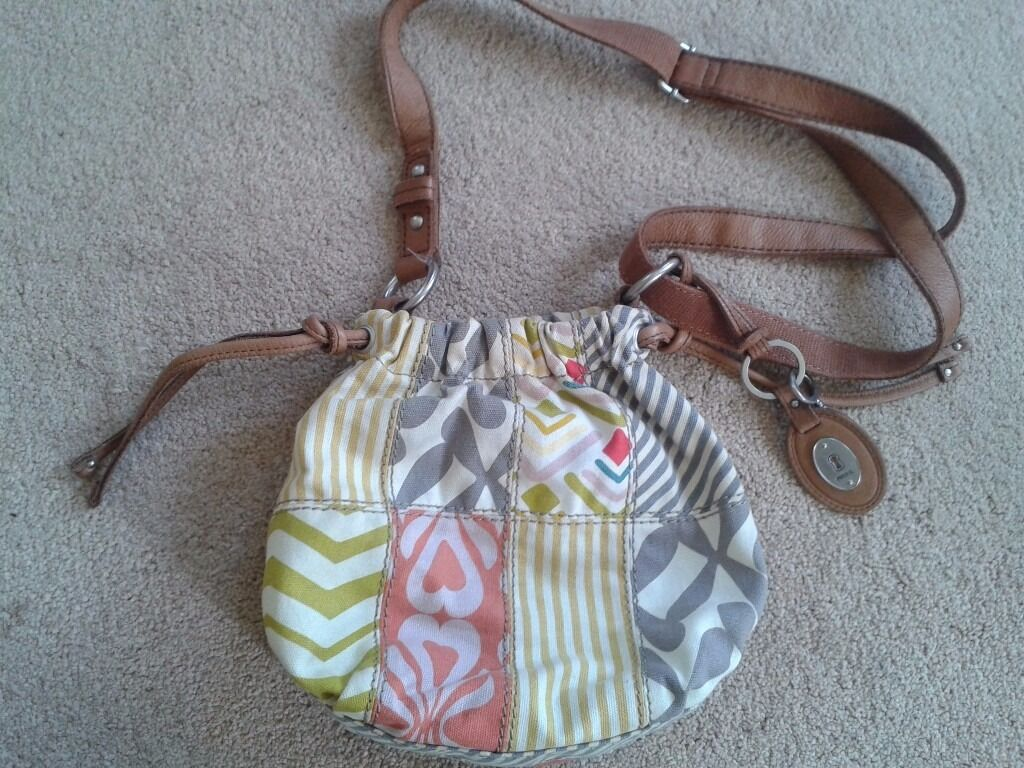 FOSSIL KEYPER BAGBRAND NEWin Wolverhampton, West MidlandsGumtree - Fossil Keyper Bag. Brand new. Genuine Fossil. Keyper range. Fabric bag pattern includes beige, yellow, taupe, grey, coral, lime, pink, blue and red. Grey inner lining with inner zip pocket and mobile phone pocket. Press stud fastening. Adjustable tan...