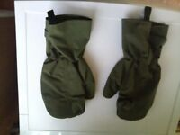 PAIR OF BRAND NEW OBSOLETE ARMY ARCTIC WEATHER MITTS. IDEAL FOR BIKERS & SCOOTER RIDERS!