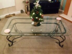 COFFEE TABLE WITH BEVELLED EDGE GLASS TOP AND METAL LEGS.