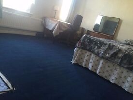 1 Large Room Available £350pm (bill incl.)