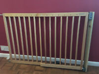 Lindam extendable wooden safety gate for babies or pets