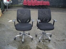 BLACK PADDED GAS LIFT SWIVEL OFFICE CHAIR WITH ARMS 2 AVAILABLE