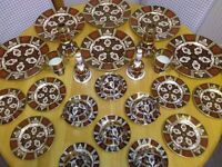 FINE BONE CHINA, DINNER SERVICE, IN SIMILAR STYLE OF ROYAL CROWN DERBY IMARI PATTERN