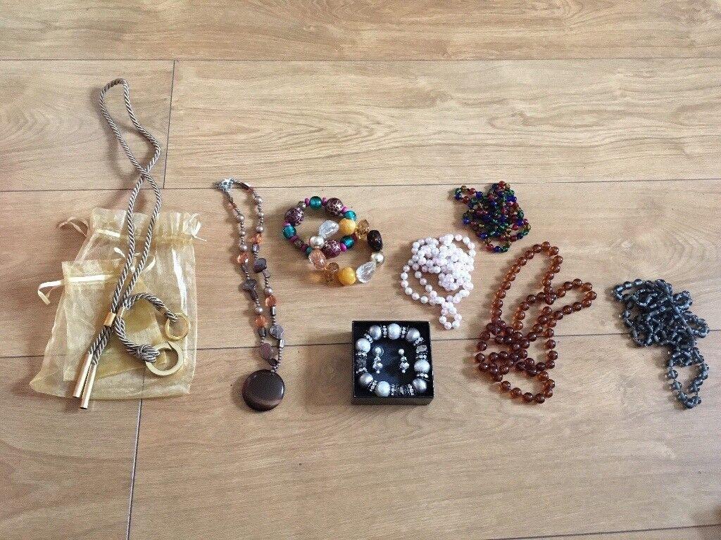 Small bundle of women's costume jewellery
