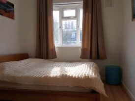 Spacious sunny double room with king bed in Shoreditch (N1)